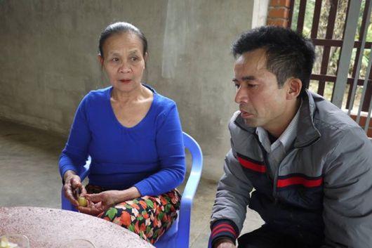 Lê Hữu Thảo thăm bà Hoàng Thị Thuận (1948) mẹ chiến sỹ Nguyễn Thanh Hải, người lính đã dũng cảm hy sinh trên boong tàu HQ-604 sau khi bắn hai quả B40 về phía quân Trung Quốc.